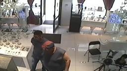 Vykradli luxusné bratislavské zlatníctvo, polícia žiada o pomoc