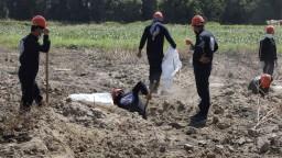 Z masového hrobu pri bývalej bašte džihádistov vyniesli stovky tiel