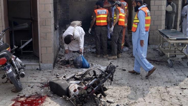 Krvavý útok Talibanu. Atentátnička sa odpálila pred nemocnicou