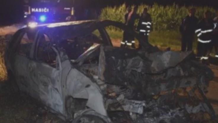 Auto s mladíkmi po náraze vzbĺklo, tragédii zabránili svedkovia