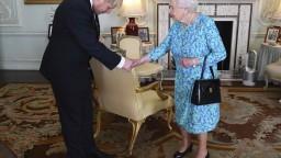 Johnson u kráľovnej striedal Mayovú, končí aj časť ministrov