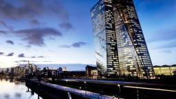ECB ponechala sadzby bez zmeny, v budúcnosti ich môže znížiť