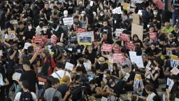 Demonštranti v Hongkongu vtrhli na letisko, prevádzku letiska neovplyvnili