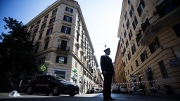 V Ríme dobodali policajta. Bastard, odkázal Salvini vrahovi