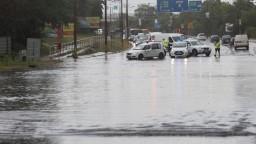 Trópy vystriedali silné búrky. Zatopilo domy, pivnice aj cesty