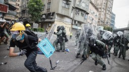 Ľudia v Honkongu vyšli opäť do ulíc. Spájajú políciu s gangami