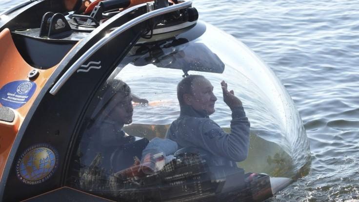 Na hrdinov nezabúdame. Putin sa potopil k ponorke na dne mora