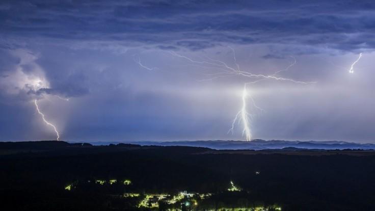 Môžu nás ohroziť silné búrky aj krúpy, výstrahy naďalej trvajú