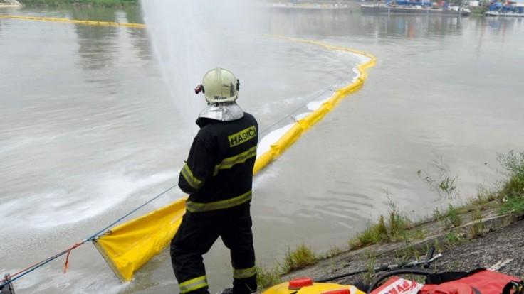 Na hladine Dunaja sa objavili škvrny, nahlásili ich občania