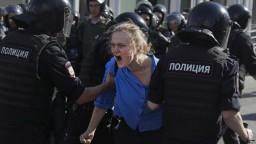 Moskva čelí kritike, k zatýkaniu protestujúcich sa vyjadrilo aj Česko