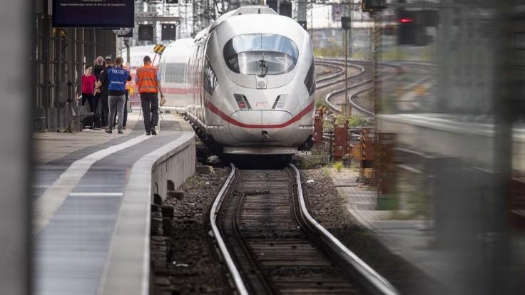 Matku s dieťaťom hodili na koľajnice pod prichádzajúci vlak