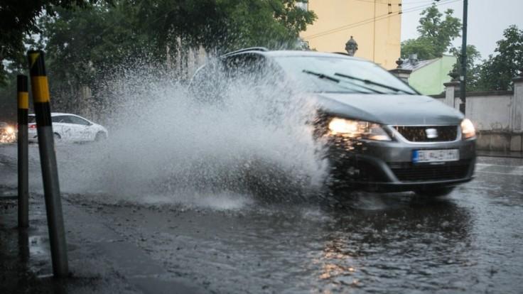 Pozor na silné búrky, varuje SHMÚ. Niekde hrozia aj povodne