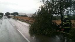 Východom sa prehnali búrky. Vietor strhal strechy a lámal stromy