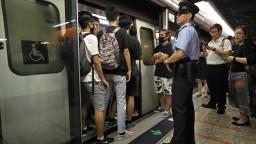 Demonštranti v Hongkongu ochromili dopravu, zablokovali vlaky