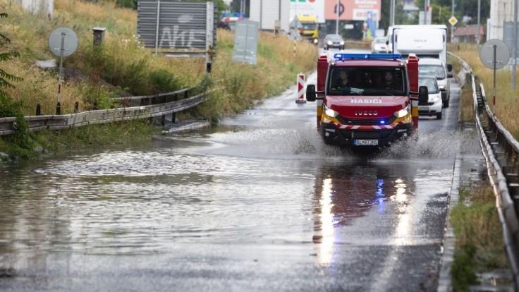 Búrky potrápili Slovensko. Hasiči zasiahli vo viacerých krajoch