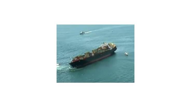 Záchranári pokračujú v prečerpávaní oleja z uviaznutej lode Rena