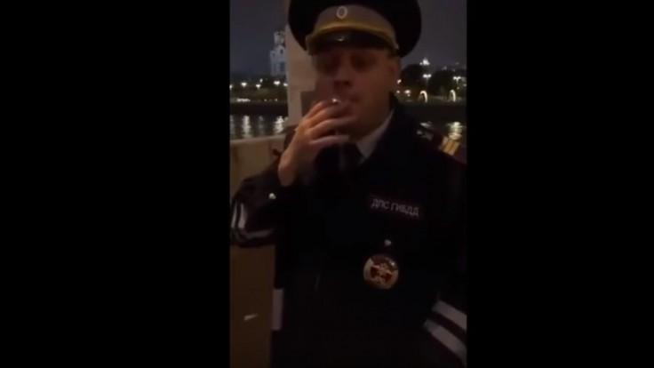 Známy herec vo videu napodobňoval policajta, išiel do väzenia