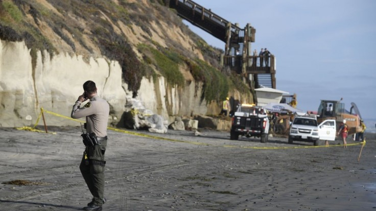 Na obľúbenú kalifornskú pláž sa zrútila časť útesu, hlásia mŕtvych