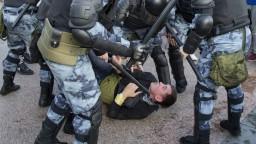 V Moskve sa opäť masovo zatýkalo, polícia zadržala vyše 800 ľudí