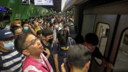 Zrušili stovku letov a zastavili metro. Hongkong ochromil štrajk