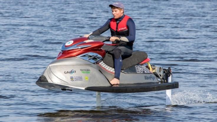 Elektrický vodný skúter s krídlami WaveFlayer sa vznáša nad hladinou