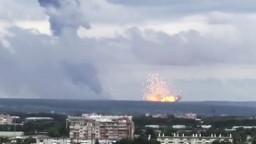 Gigantický výbuch. Explóziu muničného skladu zachytili na video