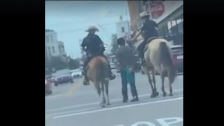 Policajti pobúrili ľudí. Černocha uviazali na lano a viedli mestom