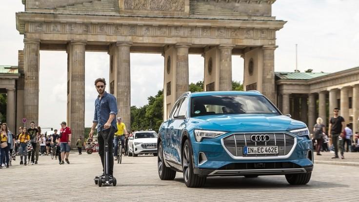 Audi vytvorilo kombináciu elektrickej kolobežky a skejtbordu