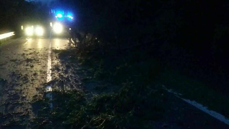 Stromy padali na autá i autobus. Slovenskom sa prehnali búrky
