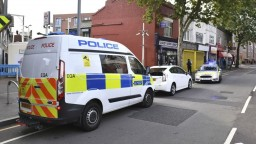 Z dodávky vyskočil muž, mačetou dobodal londýnskeho policajta