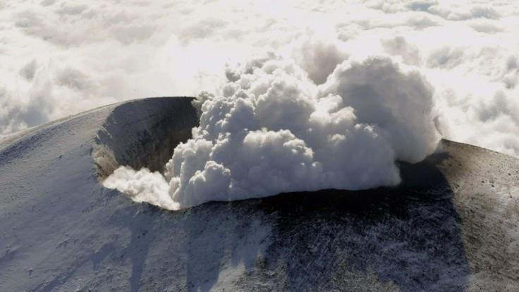 Sopka pri Tokiu sa po rokoch prebudila, bolo vidieť dym a popol