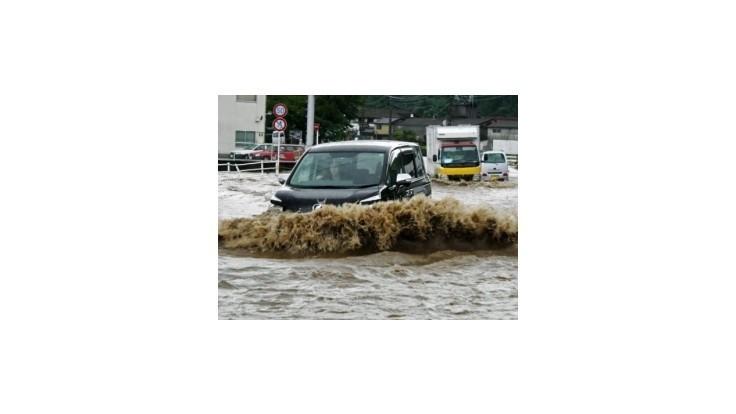 Povodne vyhnali z domovov štvrť milióna obyvateľov Japonska