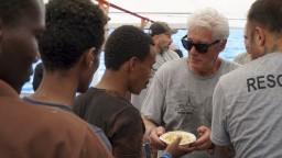 Fotogaléria: Richard Gere navštívil loď s migrantmi, uviazla v mori