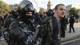 V Moskve demonštrovali tisíce na povolenej akcii, opäť sa zatýkalo