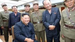 Na piaty odpal dohliadal Kim, s novou zbraňou bol veľmi spokojný