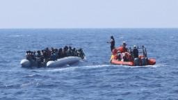 Zachránili ďalšie desiatky migrantov, nemajú ich však kam dať