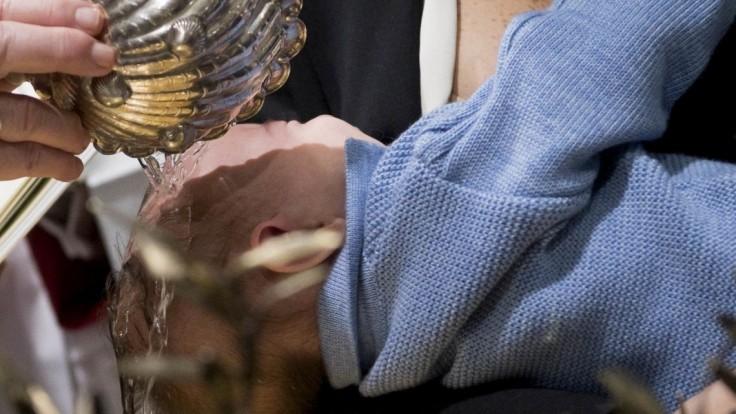 Násilný krst vyvolal pohoršenie, kňaza vyšetruje polícia aj cirkev