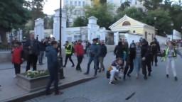 Zábery z brutálneho zatýkania dievčaťa vyvolali v Rusku pobúrenie