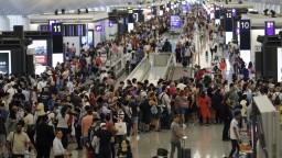 Protesty v Hongkongu neutíchajú, letisko zrušilo všetky lety