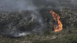 Obľúbené letoviská sužujú požiare, vyžiadali si evakuáciu stoviek ľudí