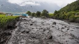 Búrka vo Švajčiarsku zanechala spúšť, povodeň strhla auto s ľuďmi
