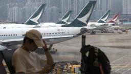 Lety v Hongkongu obnovujú, z ich blokovania vinia demonštrantov