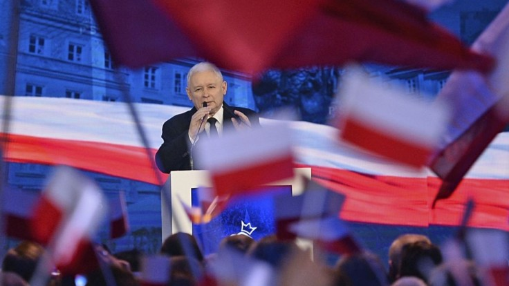 Škandály ich neoslabili. Poľská vládna strana v prieskumoch vedie