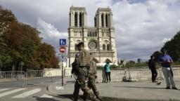 Z okolia Notre Dame odstraňujú olovo. Uvoľnilo sa pri požiari