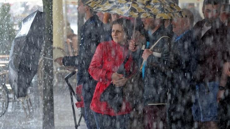 Pripravte sa na silný dážď, vydali výstrahy pre tieto okresy