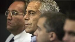 Výkazy o cele Epsteina falšovali, strážnici namiesto kontroly spali
