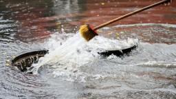 Lejaky priniesli povodne. Vylial sa potok, zaplavilo domy i záhrady