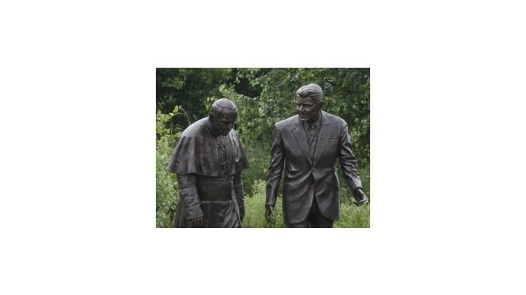 V Gdansku odhalili sochu Jána Pavla II. s Ronaldom Reaganom