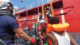 Súd povolil migrantom vplávať, držali sa mimo talianskych vôd