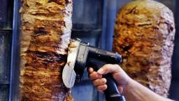 V bistre s kebabom vyvolal konflikt a zranil čašníčku, hrozí mu basa